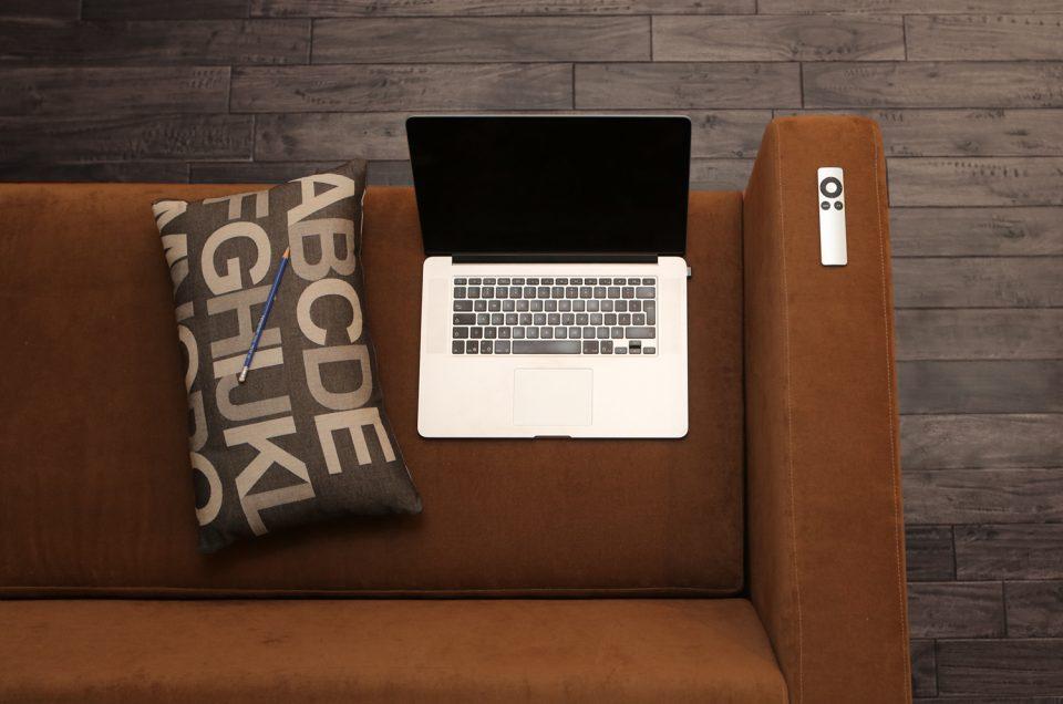 Online-Seminare mit Kaffee auf der Couch